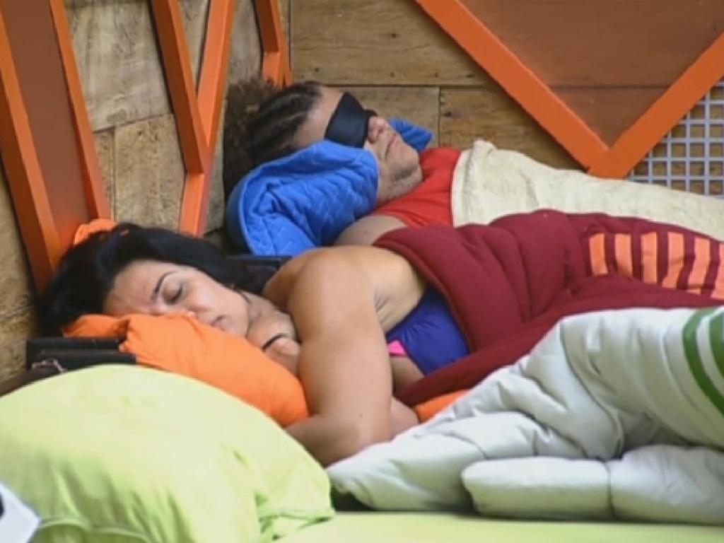 1.jul.2013 - Enquanto isso, Scheila e Gominho dormem na tarde desta segunda