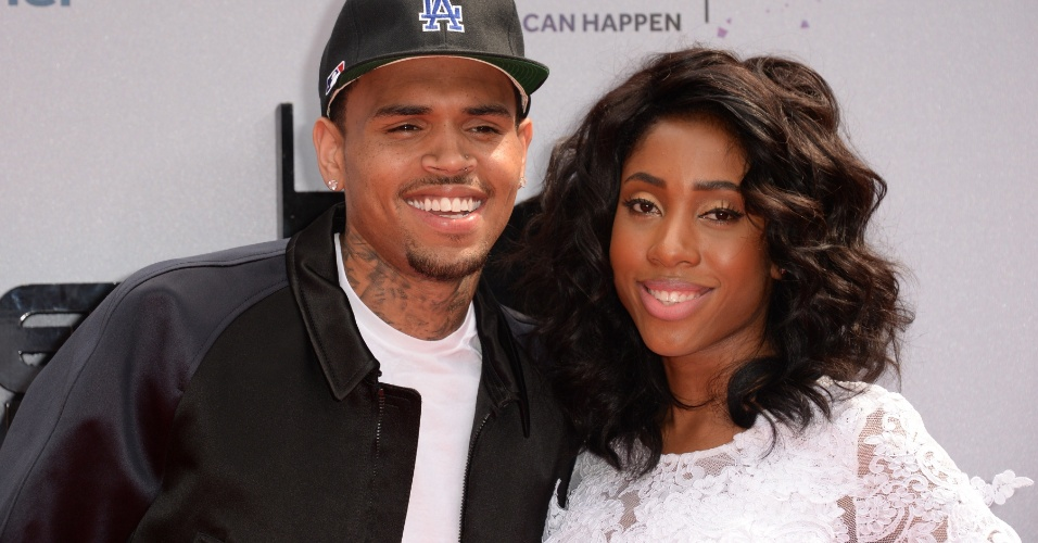 30.jun.2013 - Chris Brown e Sevyn Streeter chegam ao Nokia Theatre, em Los Angeles, para o BET Awards