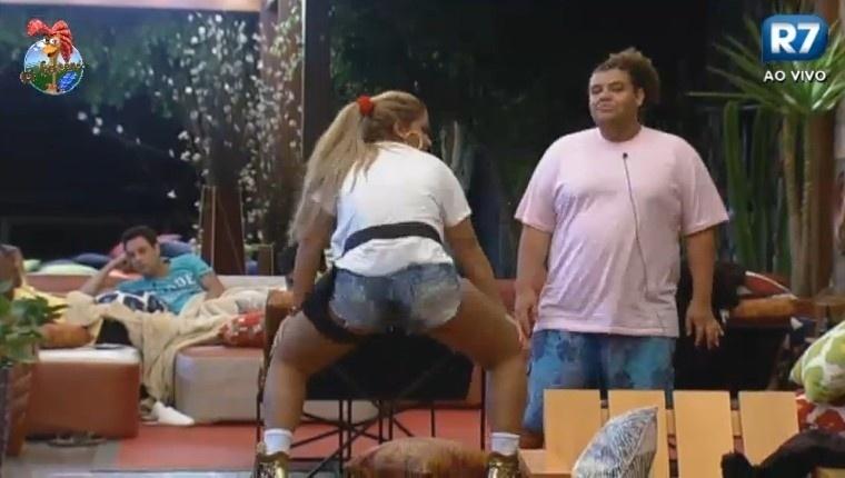 30.jun.2013 - Gominho presta atenção nas requebradas da Mulher Filé
