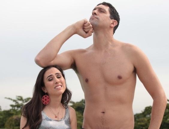 Ao lado de Tatá Werneck, o nadador Gustavo Borges faz a pose da escultura