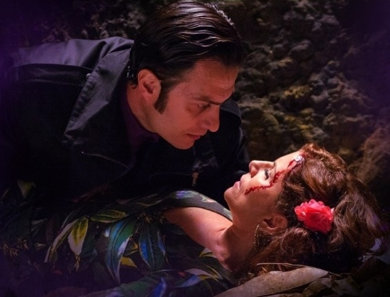 """Em """"Saramandaia"""", Aristóbulo e Risoleta se beijam em cemitério"""