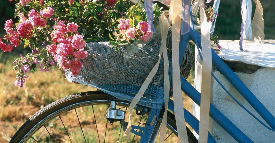 Bicicletas antigas com flores na cesta: outra boa ideia para incluir na decoração de um casamento rústico. Coloque um arranjo de flores do campo na cestinha e pronto, você tem um excelente enfeite para a entrada da recepção de um casamento rústico