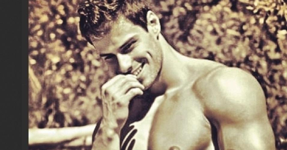 Lucas Malvacini exibe seu corpo sarado nas redes sociais