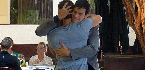 """Em """"Amor à Vida"""", Edith flagra Félix saindo com Anjinho"""