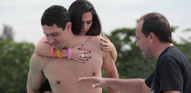 """Tatá Werneck é carregada por Gustavo Borges enquanto os dois ouvem instruções para gravação de """"Amor à Vida"""""""