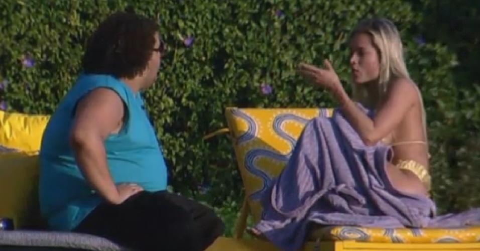 02.jul.2013 - Aryane e Gominho conversam na piscina