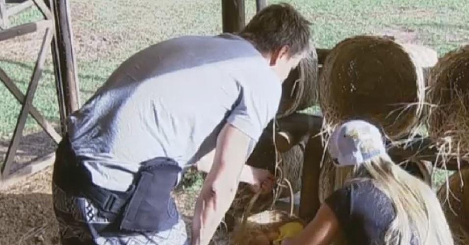 02.jul.2013 - Paulo Nunes ajuda Aryane a recolher os ovos das galinhas na manhã desta terça-feira