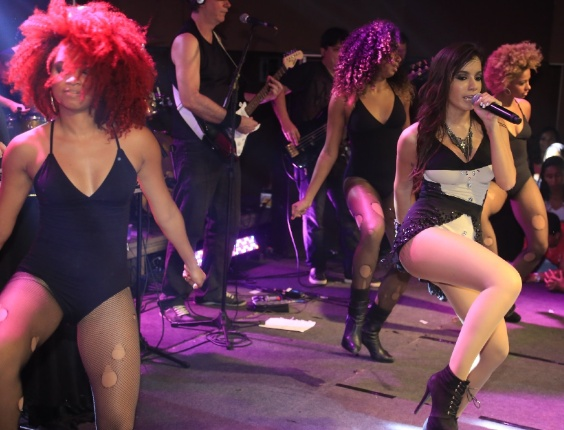 1.jul.2013 - A funkeira carioca convidou um fã para dançar com ela no palco e se esfregou no rapaz