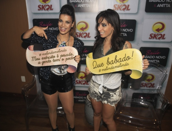 1.jul.2013 - Anitta com Mari Antunes no evento Baile do Babado Novo no Barra Hall, em Salvador