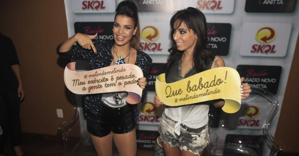 1.jul.2013 - Anitta com Mari Antunes no evento Baile do Babado Novo no Barra Hall, em Salvador