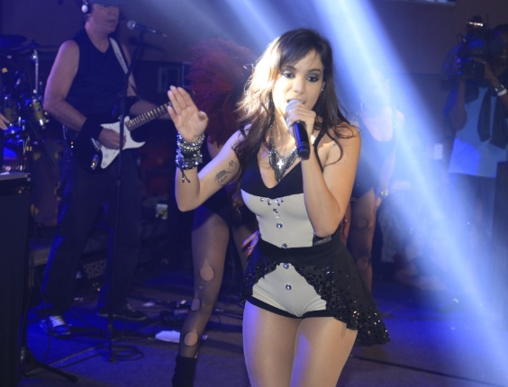 "1.jul.2013 - Dona do hit ""Show das Poderosas"", Anitta é adepta do funk melody, que mistura o romantismo à famosa batida do ritmo"