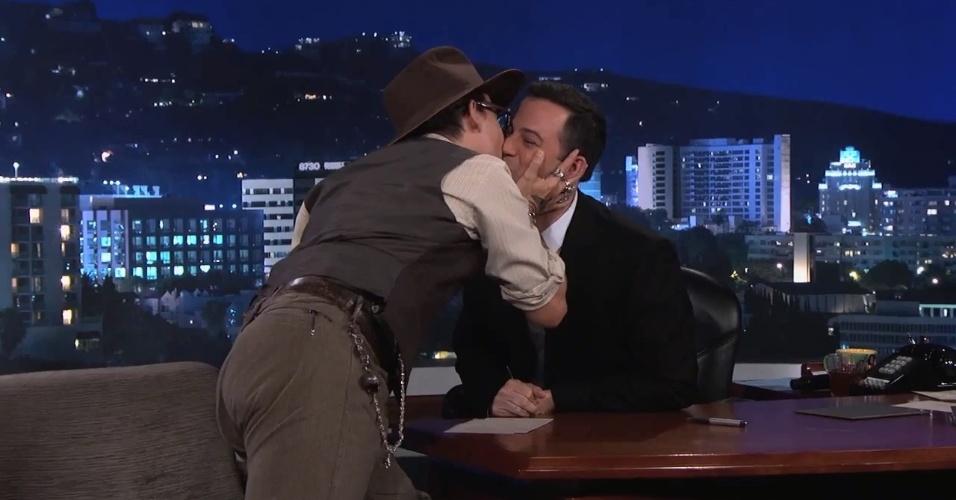 1.jul.2013 - Johnny Depp beija o apresnetador Jimmy Kimmel durante entrevista no talk show