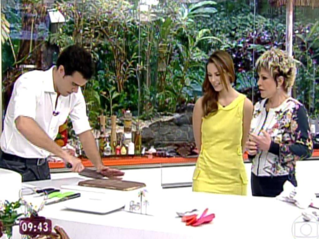 2.jul.2013 - Ao lado de Ana Maria Braga, Paolla Oliveira observa o marido Joaquim Lopes cortar doce no