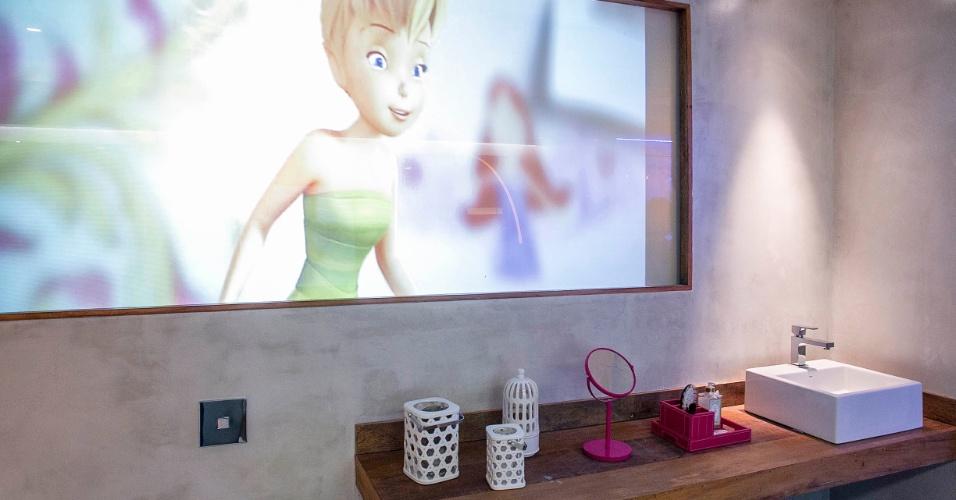 A imagem também pode ser vista do lado oposto do vidro, onde fica o banheiro da adolescente. Com o toque de um botão, o vidro se torna opaco, garantindo privacidade. (www.renatacoppola.com.br)