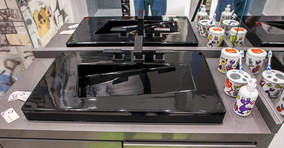 Com formas simples e depuradas, as louças e metais sanitários pretos conferem um tom mais arrojado e menos infantil ao banheiro. (www.cleliareginaangelo.com.br)