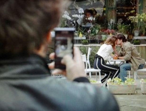 """Em """"Sangue Bom"""", Fabinho fotografa beijo de Amora e Bento"""