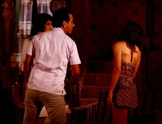 """Em """"Saramandaia"""", Marcina reclama de virgindade e leva tapa do pai"""