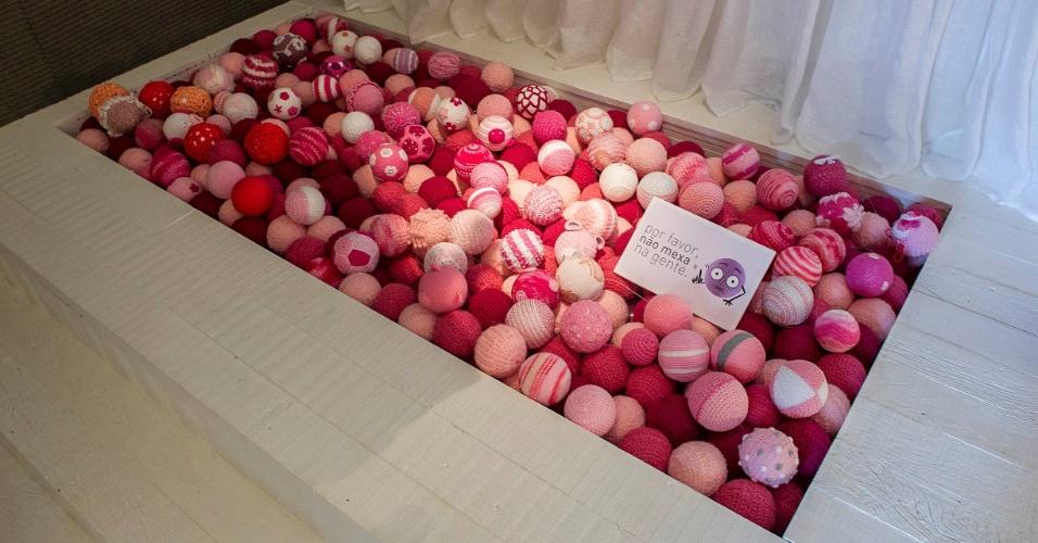 Preenchida com bolinhas rosas feitas pela Elo7, a piscina de bolinhas ocupa uma área idealizada para abrigar uma cama infantil no futuro. (www.decoradornet.com.br)