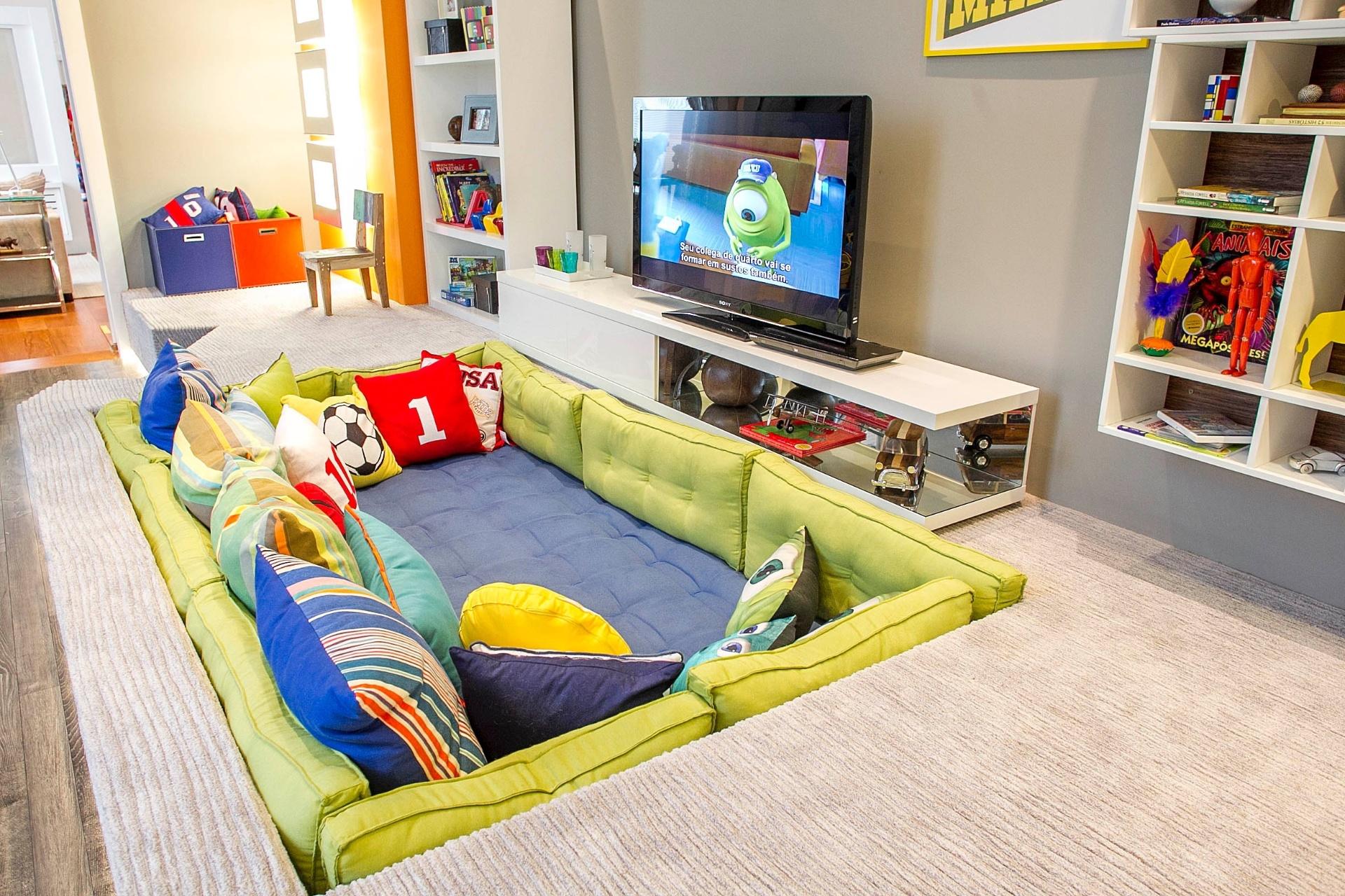 Segundo Marcel Steiner, o sofá embutido em caixas de madeira ou alvenaria confere ao espaço uma atmosfera dos anos 70 e 80. (www.cleliareginaangelo.com.br)