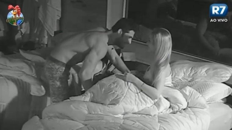 02.jul.2013 - Beto Malfacini vai para o ataque e beija Aryane Steinkopf