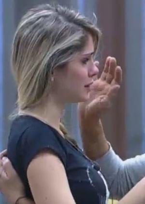 03.jul.2013 - Rita Cadillac consola Bárbara Evans durante crise de choro