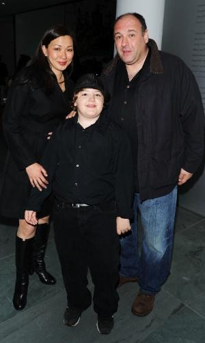 21.abr.2010 - James Gandolfini, sua mulher, Deborah Lin, e o filho do ator, Michael Gandolfini, na abertura do Festival de Cinema de Tribeca, em Nova York
