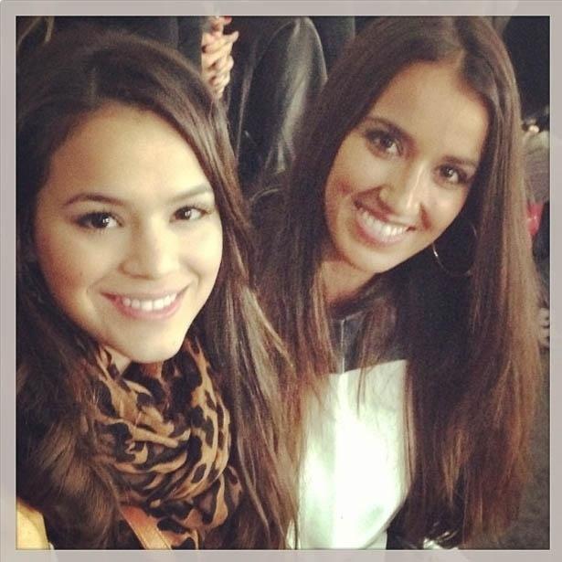 2.jul.2013 - Bruna Marquezine assiste a jogo ao lado de esposa de Júlio Batista