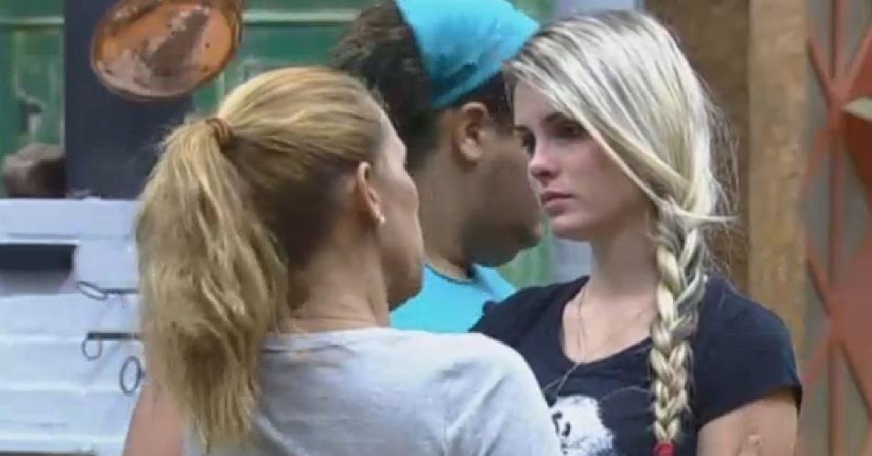 3.jul.2013 - Bárbara chora e é consolada por Rita Cadillac