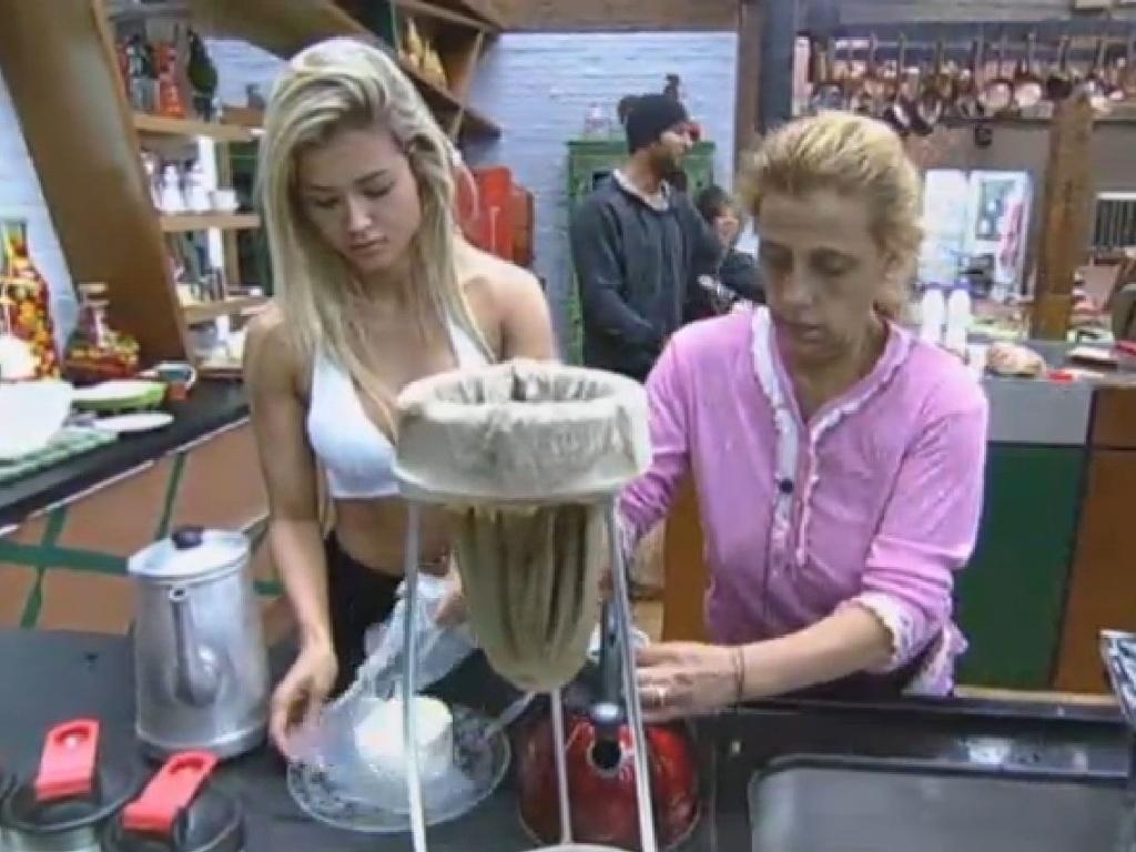 3.jul.2013 - Com a despensa cheia, Aryane e Rita preparam café da manhã nesta quarta-feira
