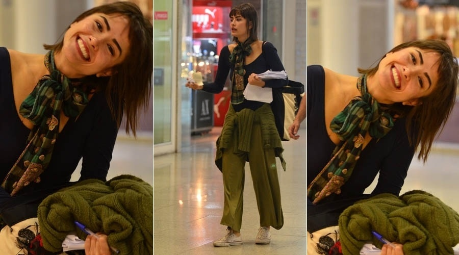 3.jul.2013 - Maria Casadevall sorri para paparazzo em aeroporto do Rio