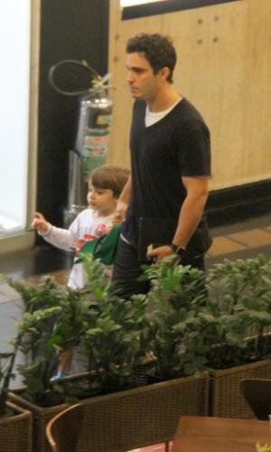 3.jul.2013 - O ator Thiago Rodrigues passeia com o filho em shopping do Rio