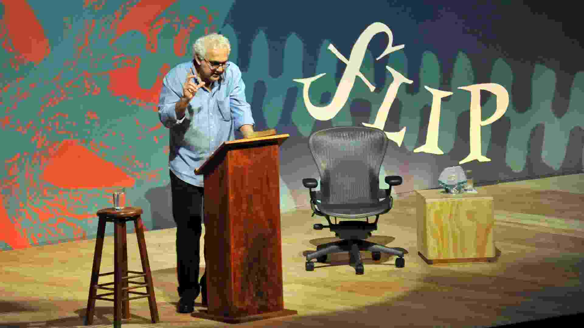 3.jul.2013 - O escritor Milton Hatoum fala sobre Graciliano Ramos durante evento de abertura da Flip 2013 - Luiz Roberto Lima / Estadão Conteúdo
