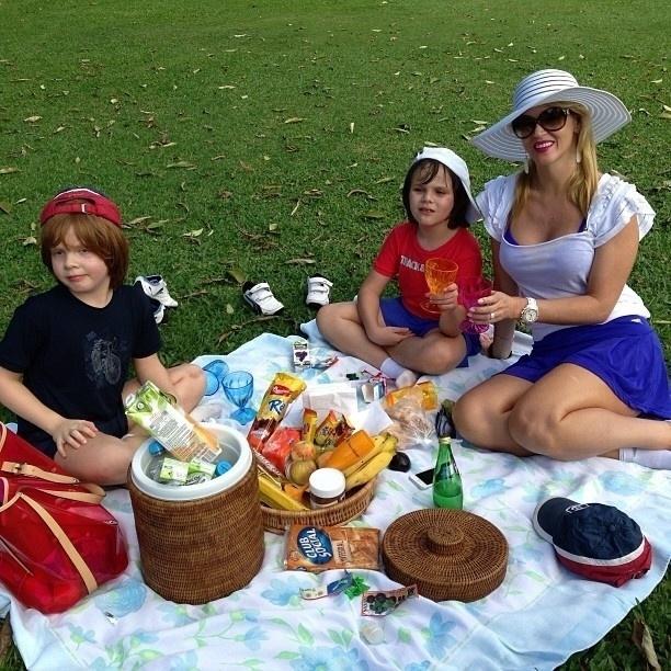 3.jul.2013 - Val Marchiori faz piquenique com os filhos gêmeos
