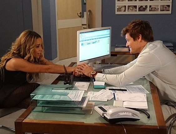 """Em """"Amor à Vida"""", Amarylis pede que médico use seus óvulos para gerar filho de Niko e Eron"""