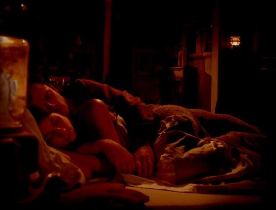 """Em """"Saramandaia"""", pais de Marcina flagram filha na cama com Gibão"""