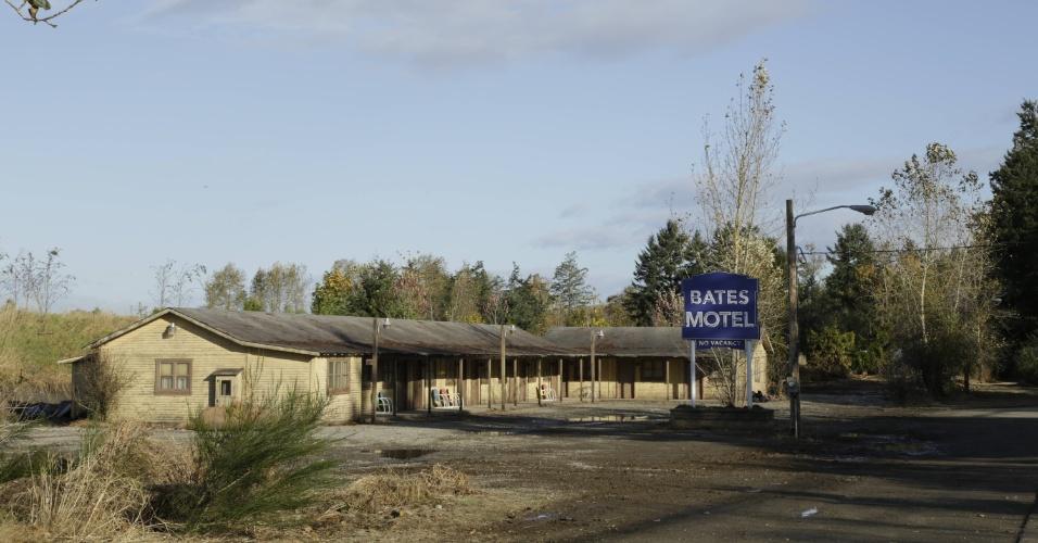 """Fachada do motel que dá nome à série """"Bates Motel"""". A placa é colocada por Norma (Vera Farmiga) no primeiro episódio"""