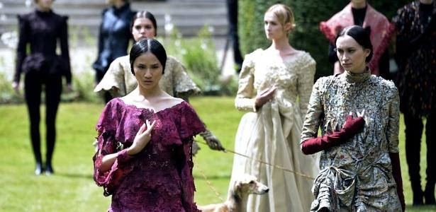 Em seu desfile, Franck Sorbier relembrou a Baixa Idade Média nos jardins da embaixada da Suíça, - Martin Bureau/AFP