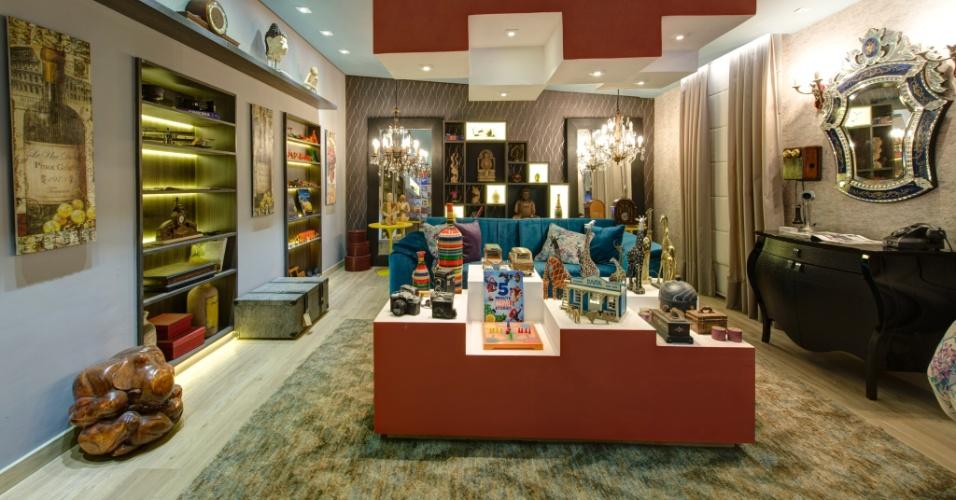 Na Sala do Colecionador, o profissional Edu Longo propõe um espaço para reunir os amigos e principalmente um local para reunir peças de coleção. No ambiente, há brinquedos dos anos 1980, estátuas orientais e objetos de antiquário. A 27ª Casa Cor SP segue até dia 21 de julho de 2013, no Jockey Club de São Paulo