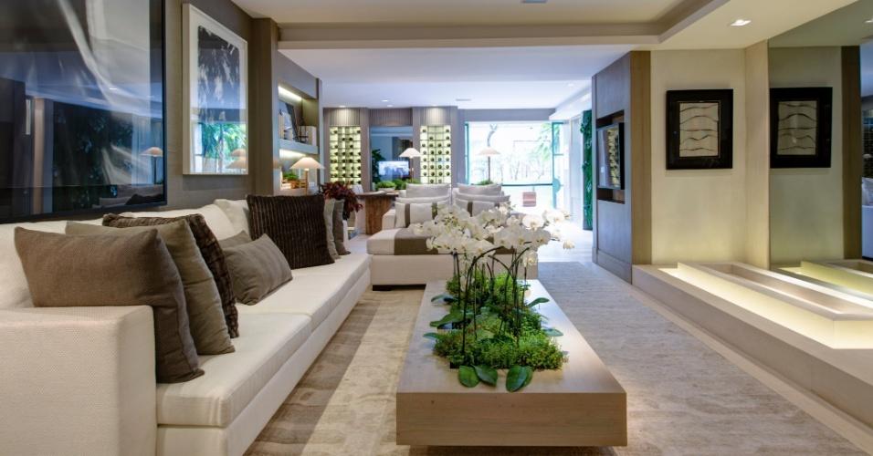Na sala do Estúdio do Executivo, proposta de Andrea Teixeira e Fernanda Negrelli, a mesa de centro recebeu um nicho central com orquídeas brancas. A 27ª Casa Cor SP segue até dia 21 de julho de 2013, no Jockey Club de São Paulo