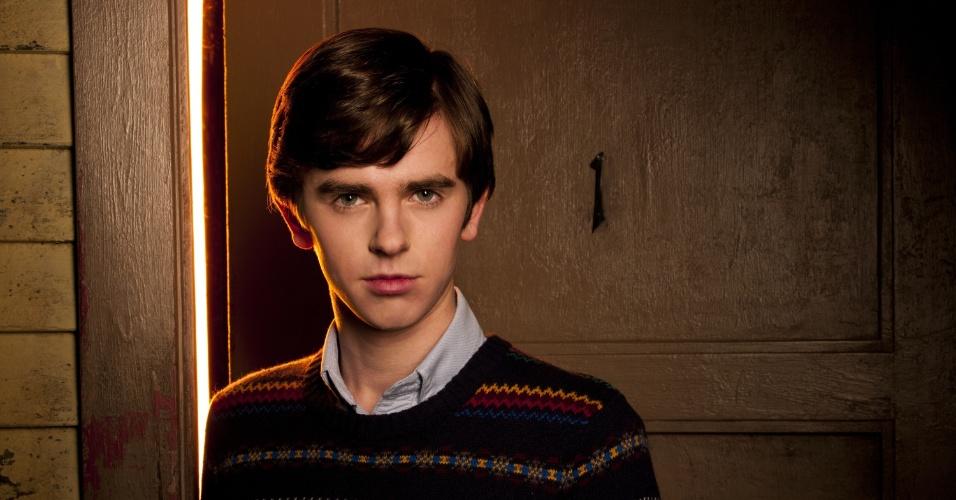 "Na série ""Bates Motel"", Freddie Highmore é Norman Bates, o famoso psicopata do filme ""Psicose"", de Alfred Hitchock"