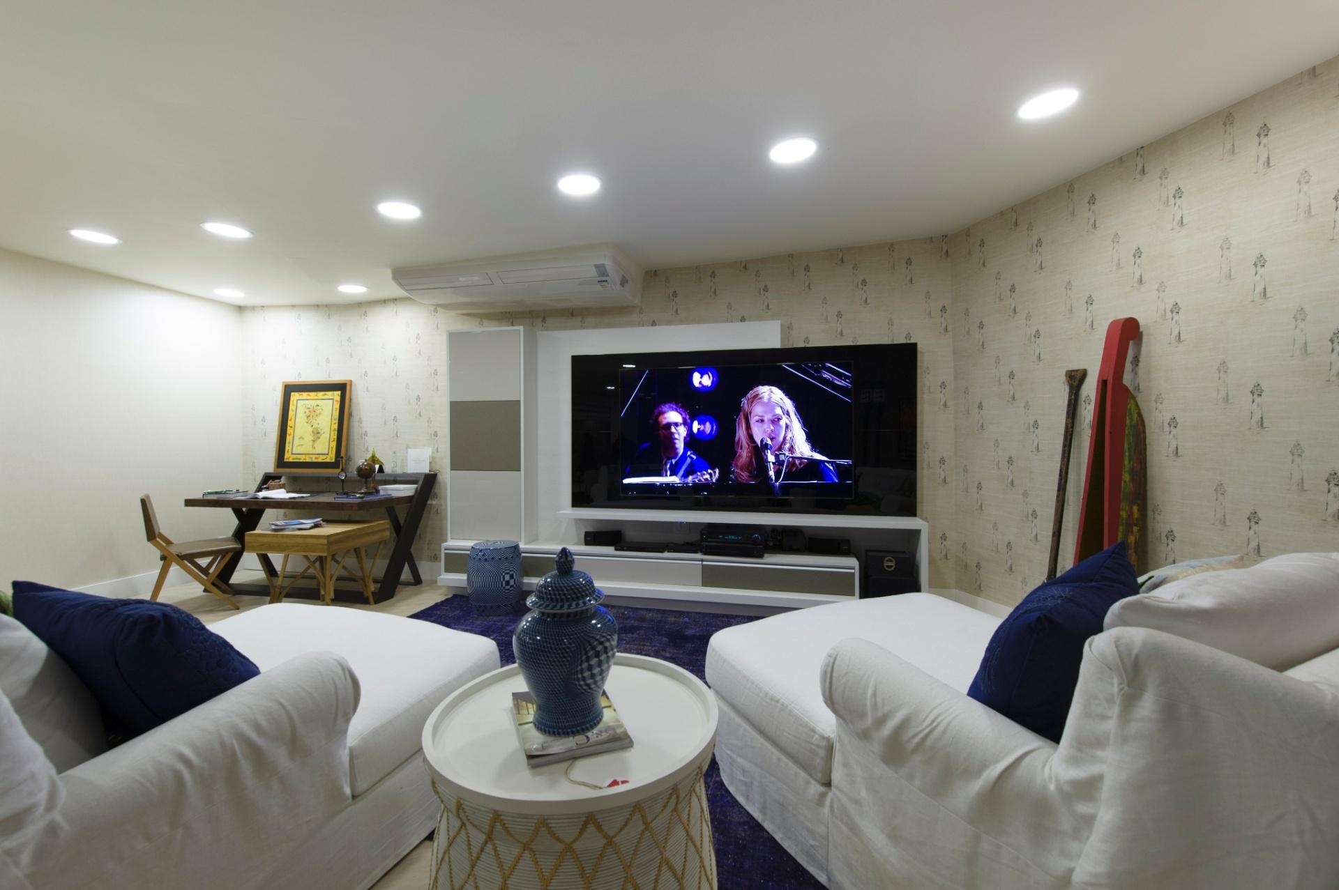 No Chalé do Velejador, assinado por Selma Tammaro, o living tem decoração em cores neutras. O papel de parede tem estampa com referência à vida dos velejadores e ao cenário beira-mar. A 27ª Casa Cor SP segue até dia 21 de julho de 2013, no Jockey Club de São Paulo