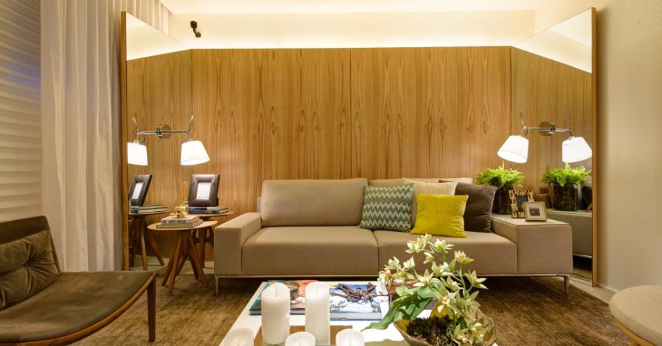 Para o living do Ateliê do Estilista, o profissional Bruno GAP usou cores claras e texturas leves. O painel, ao fundo, tem partes centrais em madeira e as laterais espelhadas. A 27ª Casa Cor SP segue até dia 21 de julho de 2013, no Jockey Club de São Paulo