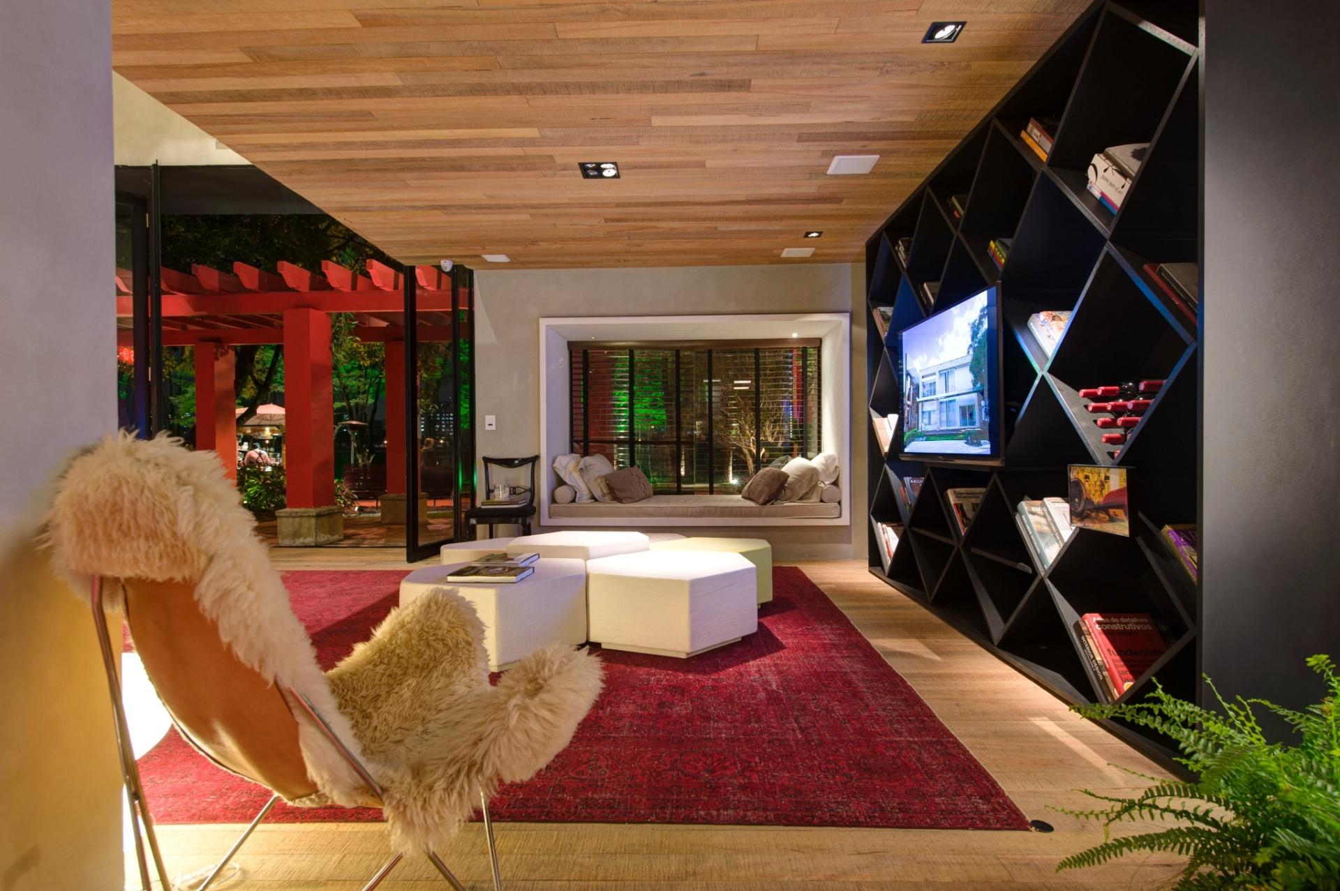 Quem assina a Casa Weekend é a dupla Olegário de Sá e Gilberto Cioni. No ambiente de estar, com TV, os profissionais reservaram um cantinho para leitura e relaxamento (no fundo), próximo à fachada. A 27ª Casa Cor SP segue até dia 21 de julho de 2013, no Jockey Club de São Paulo