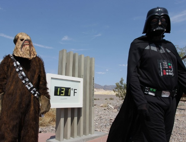 "Vestido como o vilão da saga ""Star Wars"", Jonathan Rice tenta quebrar recorde na Califórnia. Ao lado, o socorrista e motorista, Randy Kern, vestido como Chewbacca - EFE/Hannah Quillen"
