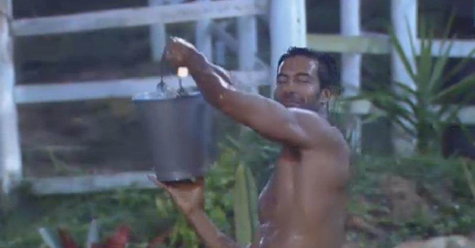 04.jul.2013 - Equipe avestruz é mandada para  celeiro e Beto Malfacini toma banho frio de balde após festa