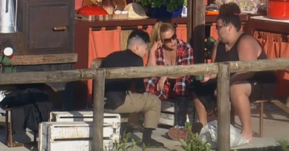 04.jul.2013 - Yudi, Rita Cadillac e Gominho conversam no celeiro na manhã desta quinta-feira