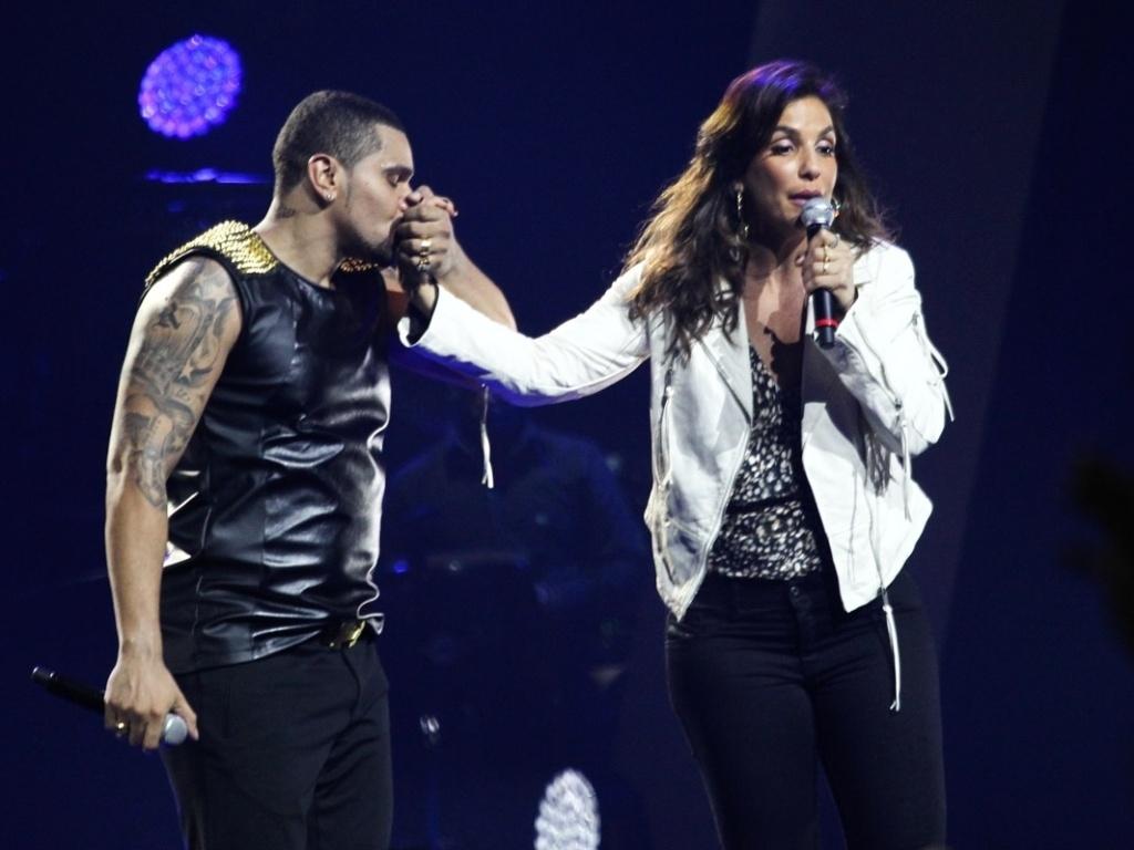 3.jul.2013 - Naldo beija a mão de Ivete Sangalo, que compareceu à gravação do DVD do artista carioca