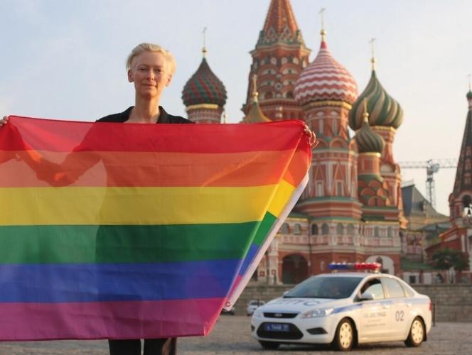 4.jul.2013 - A atriz Tilda Swinton posa com a bandeira do arco-íris que representa o movimento LGBT em frente ao Kremlin, em Moscou
