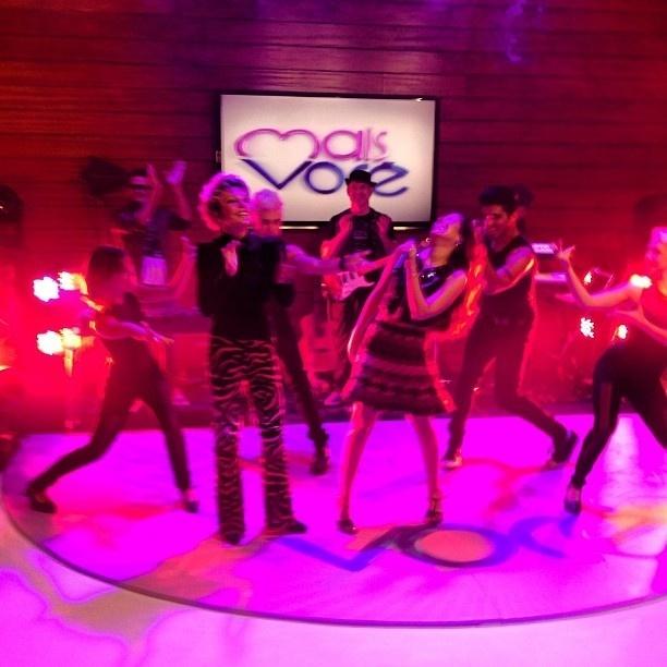 4.jul.2013 - Ana Maria Braga faz coreografia ao lado de Wanessa ao som da música