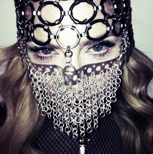4.jul.2013 - Madonna publica foto em que aparece usando uma máscara parecida com um nicabe
